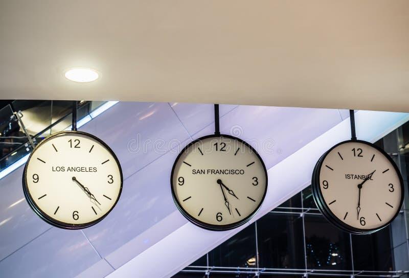 Olik internationell klocka för hängande vägg tre, Los Angeles, Sa royaltyfri fotografi
