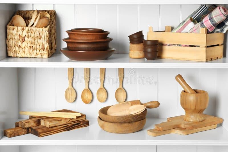 Olik kitchenware på hyllor royaltyfri bild