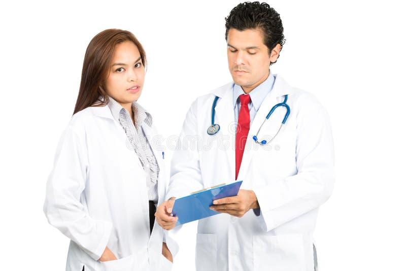 Olik manlig kvinnlig doktor Team Mixed Listening royaltyfri foto