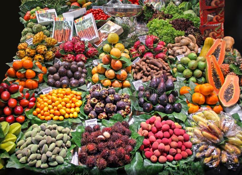 Olik marknadstabell med olika färgrika freshexotic frukter och v fotografering för bildbyråer