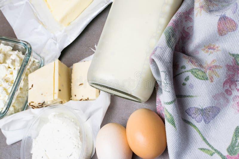 olik mejeriprodukt på grå färgtabellen med blommahandduken arkivfoton