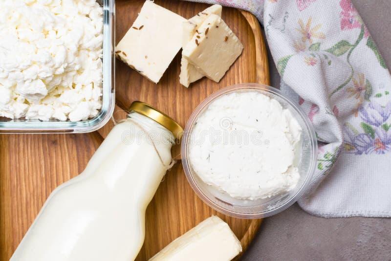 olik mejeriprodukt på grå färgtabellen med blommahandduken Kalciumkälla arkivfoto