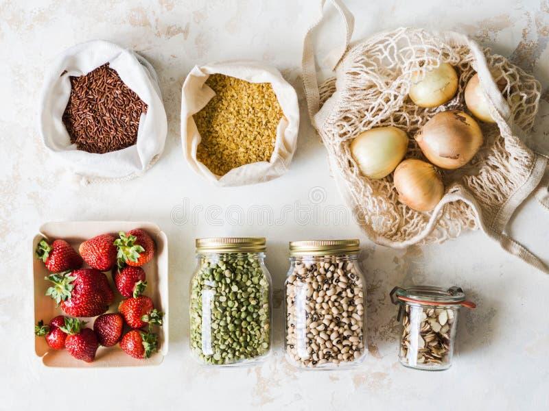 Olik ny mat i eco-vänskapsmatch packe på vit bakgrund Vegetariskt sunt organiskt m?l fr?n marknaden Nollavfalls royaltyfria bilder