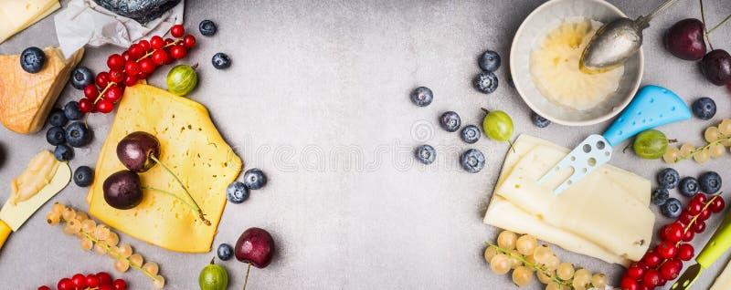 Olik ost med bär och honung, bästa sikt royaltyfria bilder