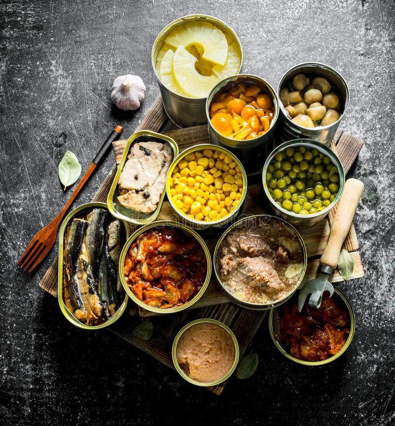 Olik på burk mat i metall på burk på magasinet royaltyfria bilder
