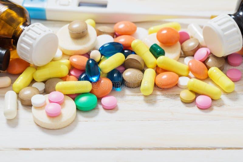 Olik preventivpillerblandning på träbakgrund royaltyfria bilder