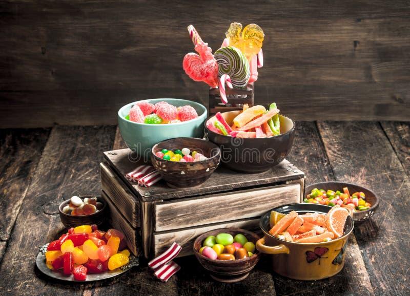 Olik söt godis, gelé, marshmallower och kanderade frukter fotografering för bildbyråer
