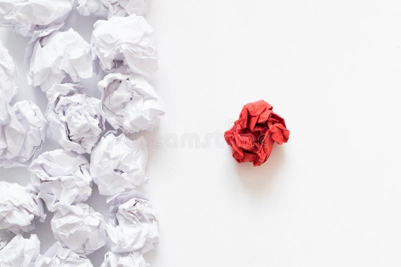 Olik skrynklig pappers- boll för självständighetbegrepp royaltyfria foton