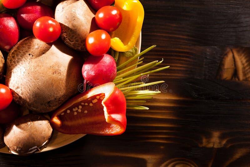 Olik typ av nya organiska grönsaker på bränd träbaksida royaltyfria foton