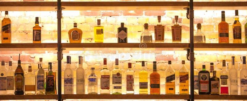 Olik variation av alkohol i stången arkivfoton