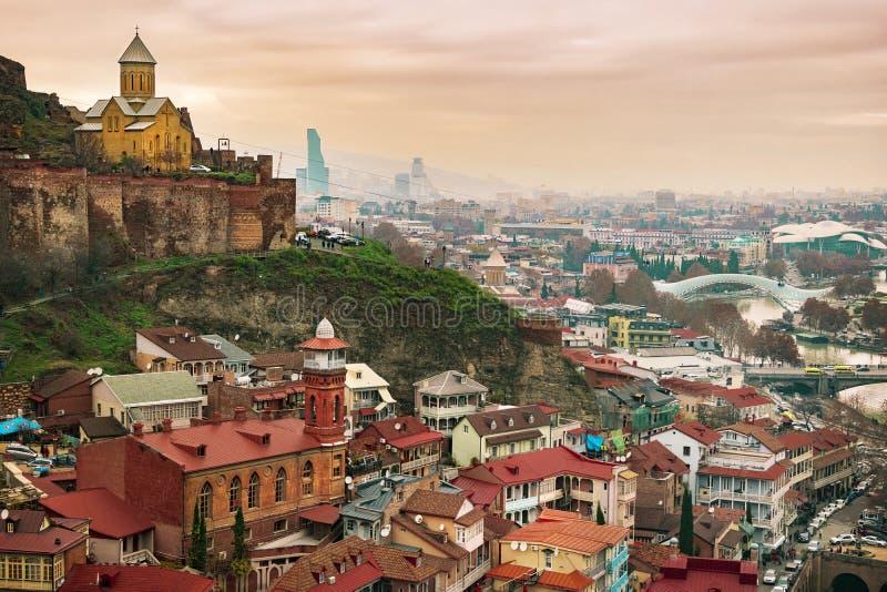 Olik vinkelsikt på det berömda Tbilisi badområdet, Abanotubani med kyrkan inom den Narikala fästningen och moskén i gammal stad arkivbilder