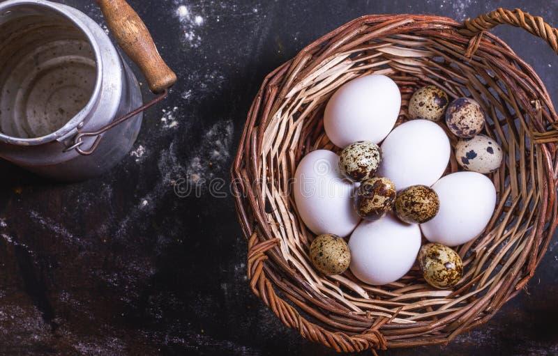 Olika ägg i en vide- korg arkivfoto