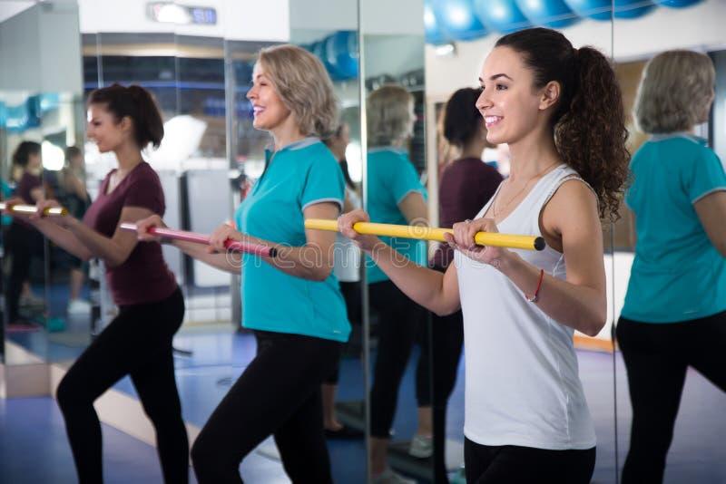 Olika åldrar för positiva kvinnlig som har gymnastisk grupp royaltyfri fotografi