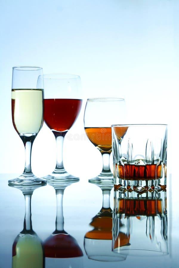 Olika alkoholdrycker i exponeringsglas och bägare fotografering för bildbyråer