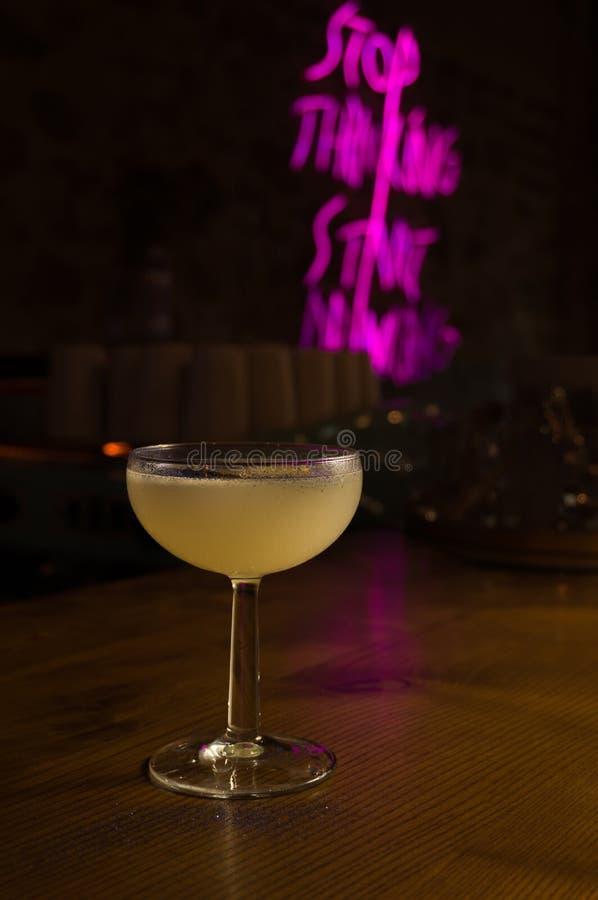 Olika alkoholiserada coctailar Kall drink med ny limefrukt och is royaltyfria bilder