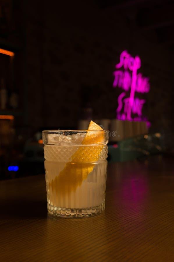 Olika alkoholiserada coctailar Kall drink med ny limefrukt och is royaltyfri bild