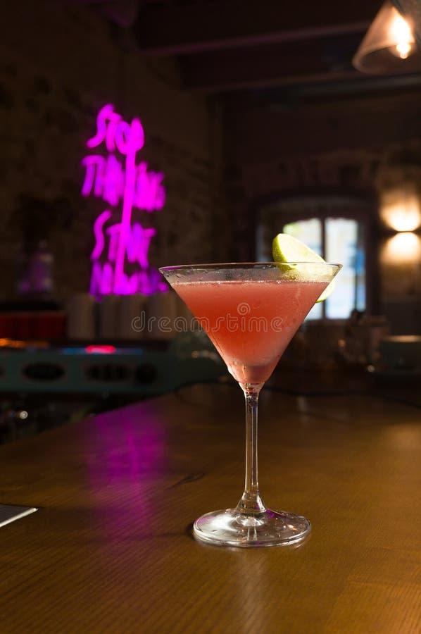 Olika alkoholiserada coctailar Kall drink med ny limefrukt och is royaltyfria foton