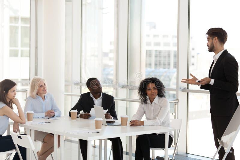 Olika anställda på företagsmötet med den affärslagledaren eller mentorn royaltyfri bild