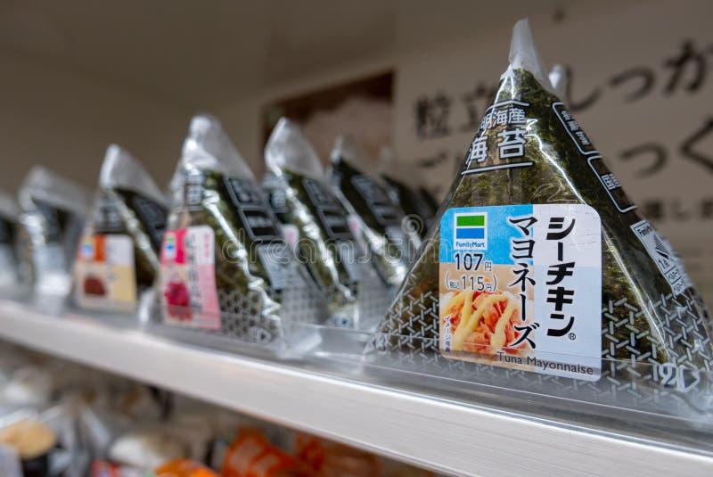 Olika anstrykningar av den japanska risonigirien som säljs på konbinien för uttag för familjmarknadbekvämlighet i Osaka, Japan arkivbilder