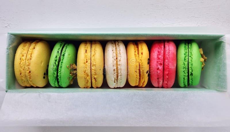 Olika anstrykningar och färger av macarons arkivbild