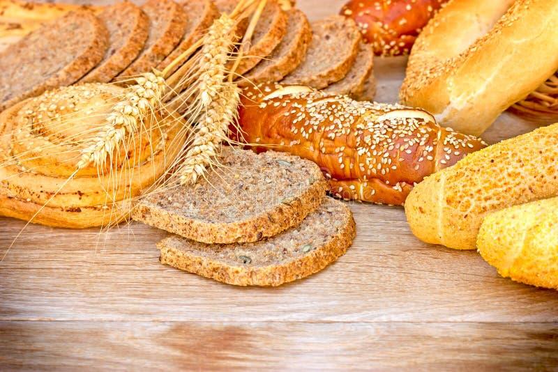 Olika bakelser och bröd arkivfoto