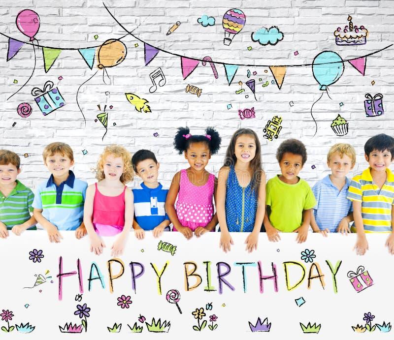 Olika barn på födelsedagpartiet royaltyfri fotografi