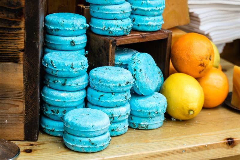 Olika blåa tvålstänger bredvid frukt royaltyfria bilder
