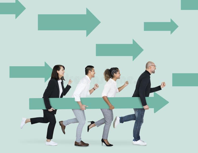 Olika businesspeople som rymmer gröna pilar vektor illustrationer