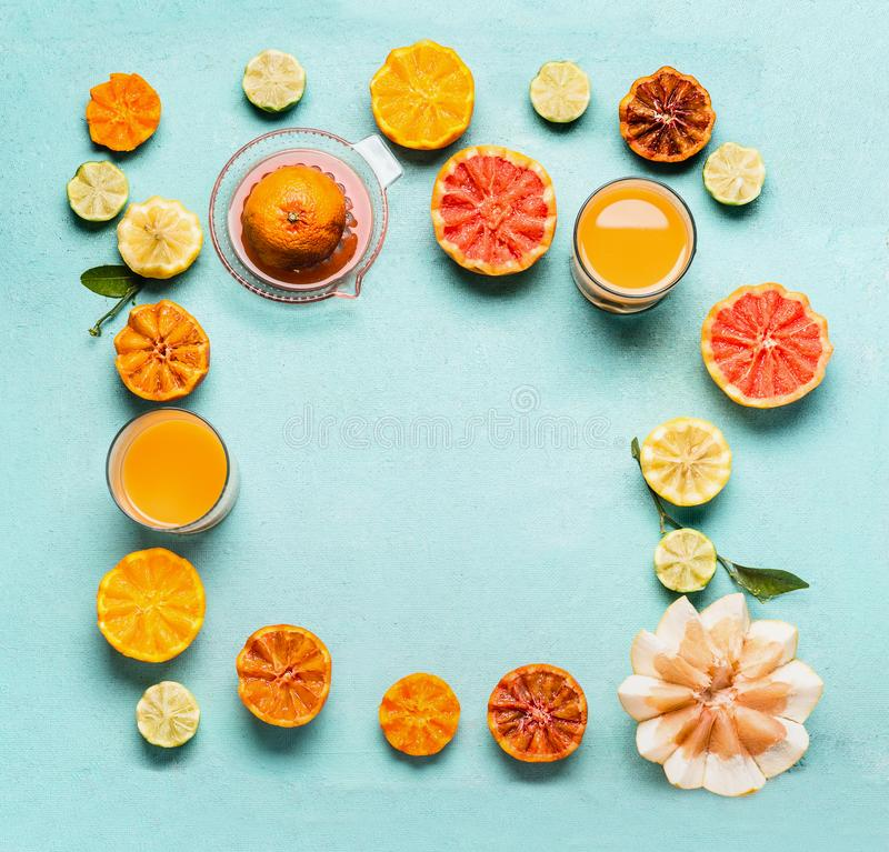 Olika citrusfrukter och drycker f?r vitamin C med ny pressande fruktsaft Sund livsstil Matbakgrund, ram anticyclonic arkivbild