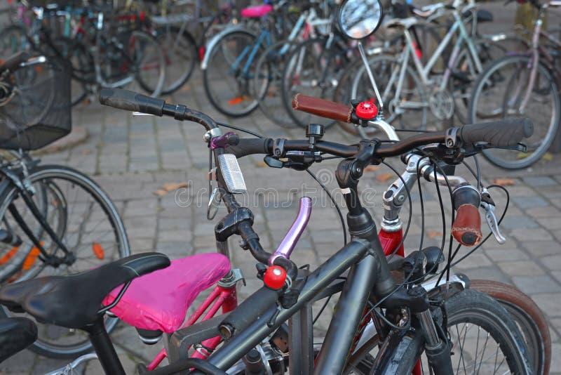 Olika cyklar i parkeringen arkivbild