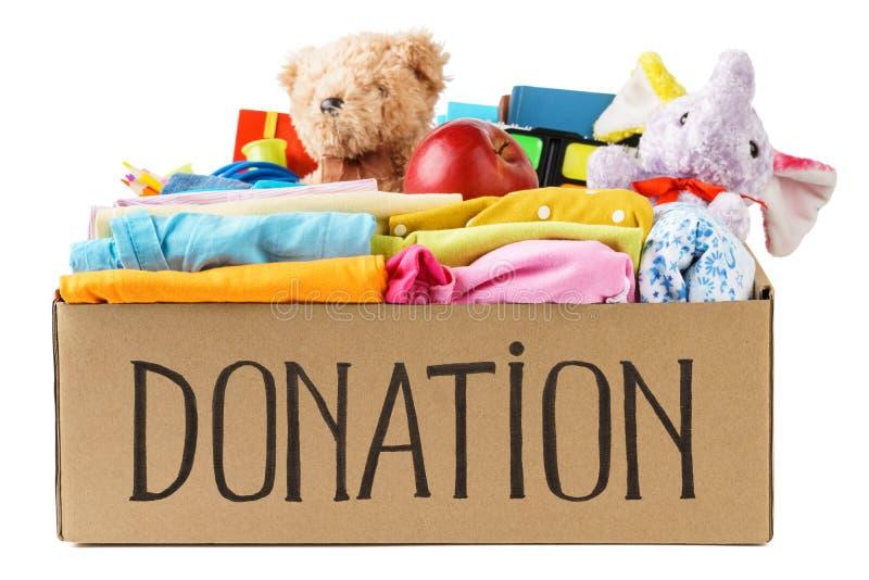 Olika donationer i en ask - kläder, brevpapper och leksaker arkivbild