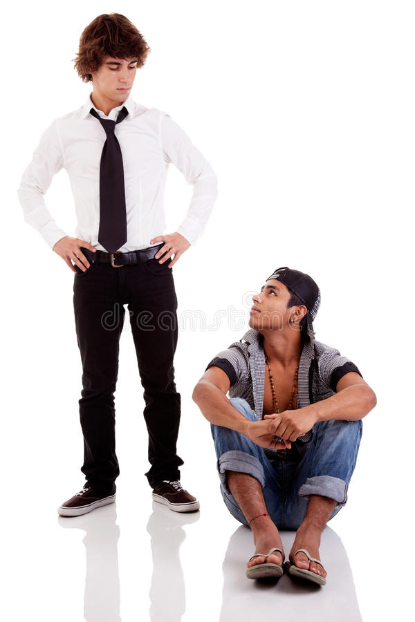 olika etnicitetlookinmän en sittande två royaltyfria foton