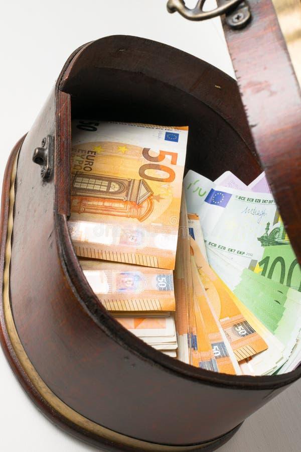 Olika euro i träask royaltyfri fotografi