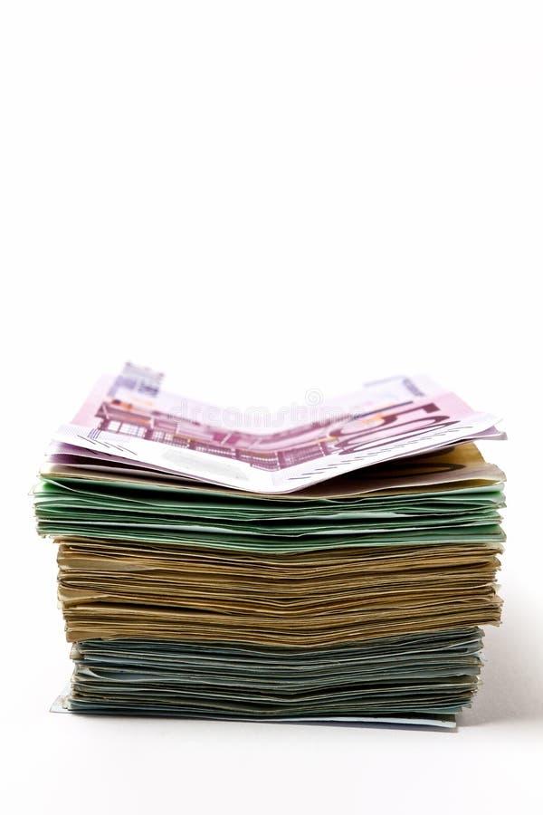 Olika euroräkningar är fördelade ut på en tabell i form av a royaltyfri foto
