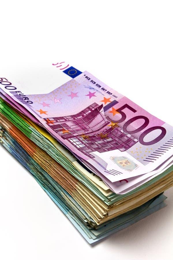 Olika euroräkningar är fördelade ut på en tabell i form av a royaltyfri fotografi