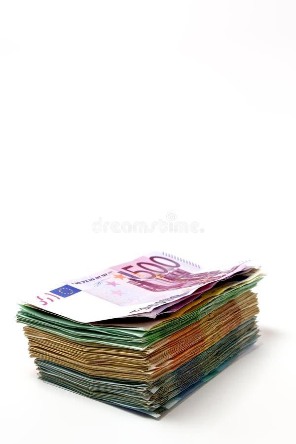 Olika euroräkningar är fördelade ut på en tabell i form av a arkivfoton