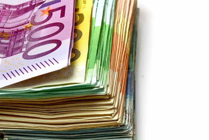 Olika euroräkningar är fördelade ut på en tabell i form av a royaltyfri bild