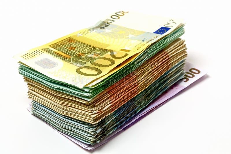 Olika euroräkningar är fördelade ut på en tabell i form av a royaltyfria foton