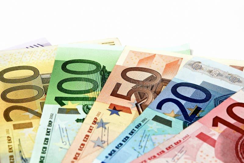 Olika euroräkningar är fördelade ut på en tabell i form av a fotografering för bildbyråer