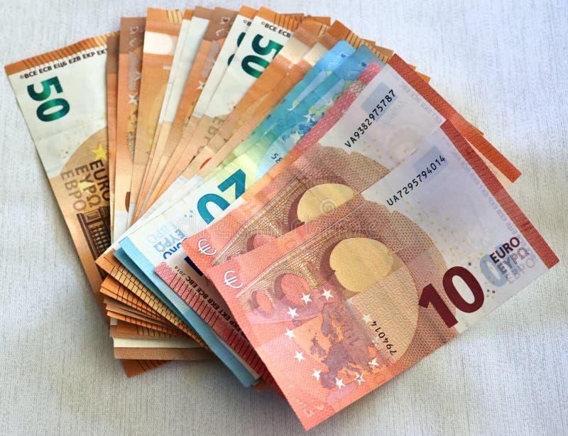 Olika eurosedlar i ett detaljerat slut upp sikt arkivfoton