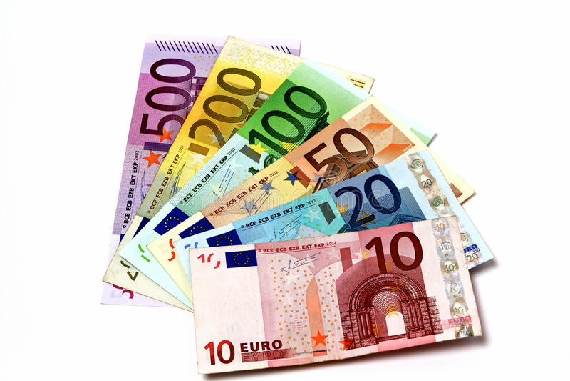 Olika eurosedlar som ordnas på en tabell fotografering för bildbyråer