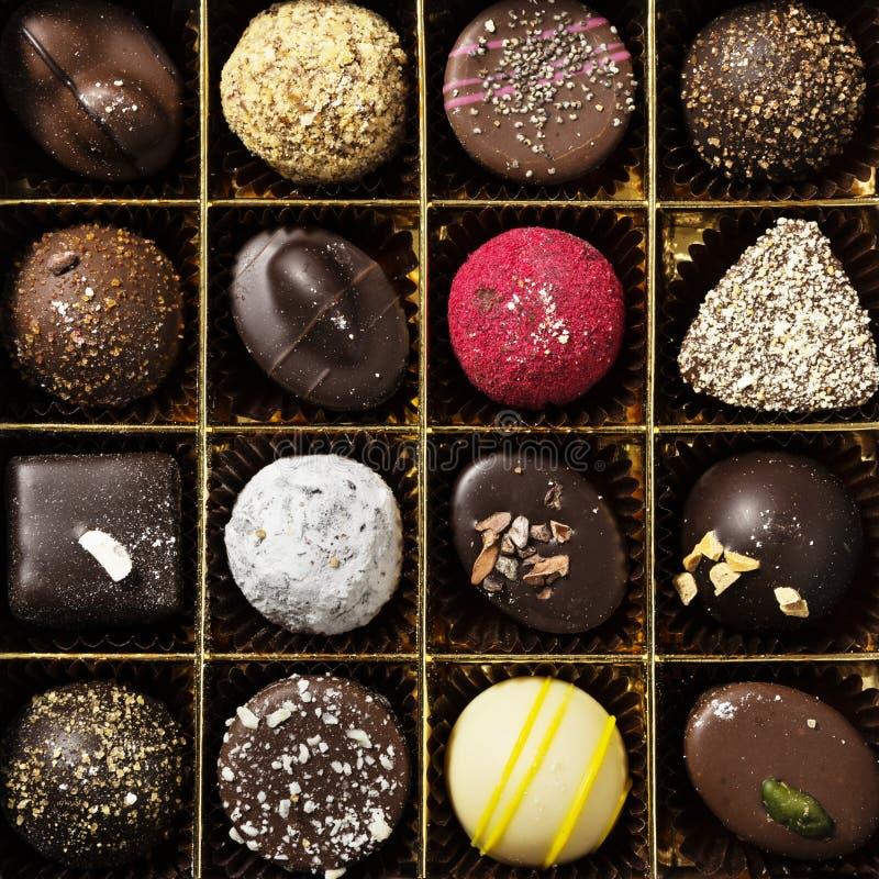 Olika färgade choklader, fyrkantiga foto och geometriska linjer royaltyfri foto