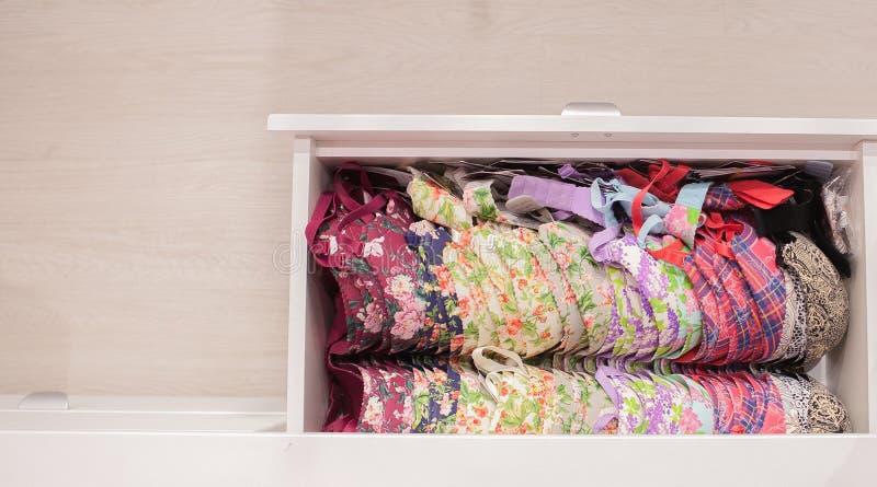 Olika färgbehå i enhet Kvinnlig kläder och damunderkläder i en garderob royaltyfri fotografi
