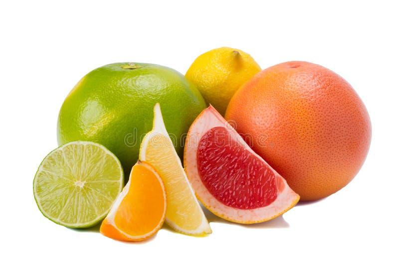 olika färger av citrusfrukter, med vitamin C på vit bakgrund royaltyfri bild