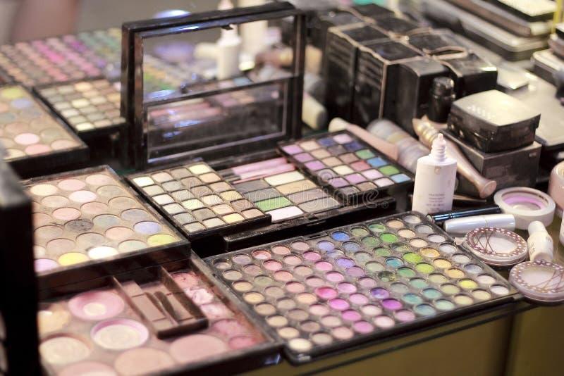 Olika färger av rodnaden på makeupapparater på mitten för skönhetsalong arkivfoton