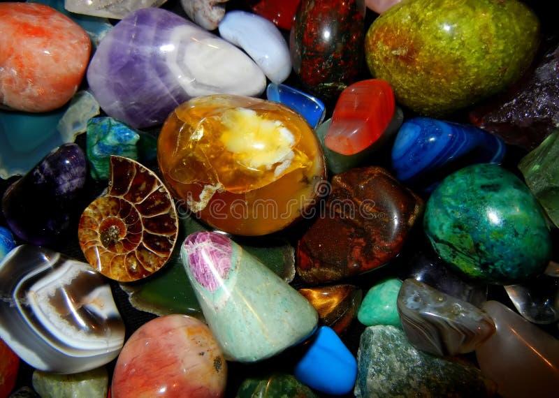 Olika färgrika gemstones och fossil royaltyfri foto