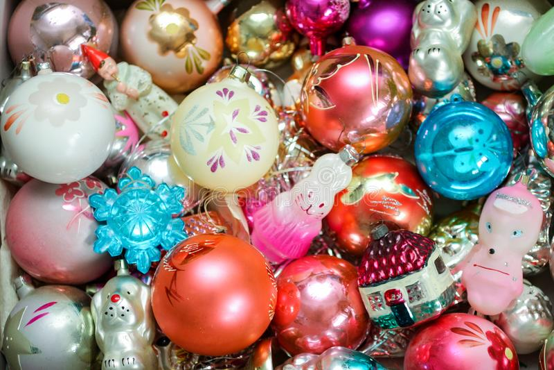 Olika färgrika julleksaker på en ask royaltyfri foto