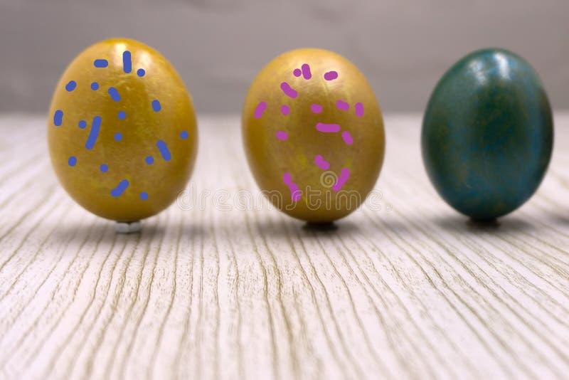 Olika färgrika påskägg, lycklig ferie, det fega ägget, traditionell kristen eastertime målade ägg, regnbåge färgar arkivbild