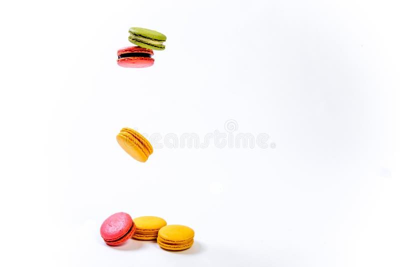 Olika färgrika söta macaronskakor för efterrätt arkivfoton