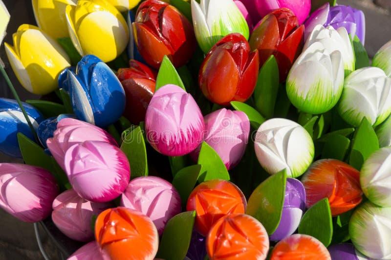 Olika färgrika trä- och plast- tulpan som holländsk souvenir arkivbild